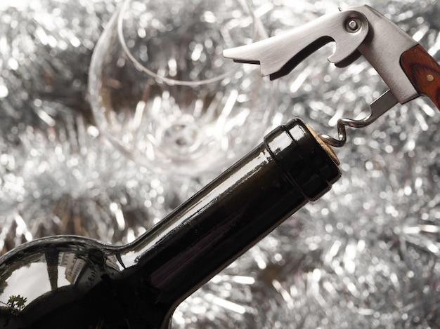 Kurketrekker en fles rode wijn. een fles wijn openen. detailopname.