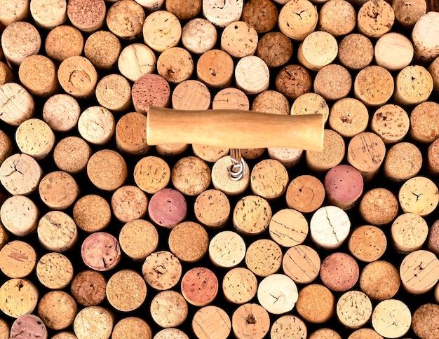 Kurketrekker en wijnkurk achtergrond