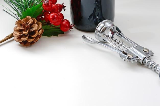 Kurketrekker wijnfles op een witte achtergrond kersttak