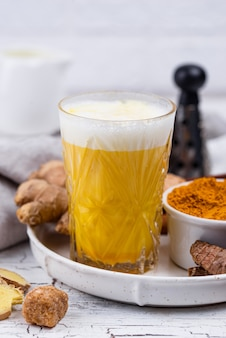 Kurkuma gouden melk met kruiden