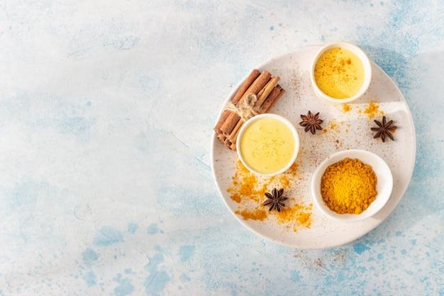 Kurkuma gouden melk of latte met kaneel en anijs
