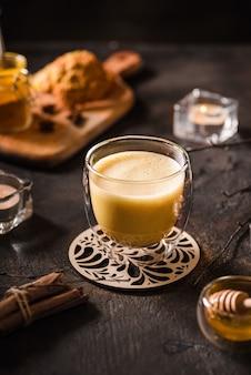 Kurkuma latte op een donkere achtergrond