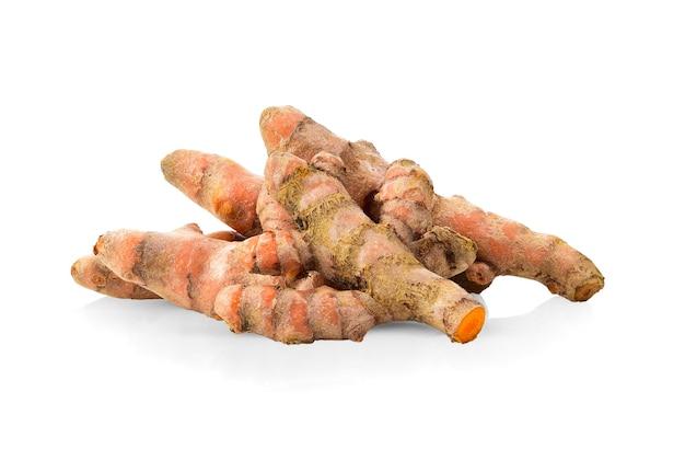 Kurkuma wortels geïsoleerd op wit