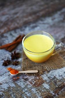 Kurkumamelk met kruiden in een mok. gouden kurkumamelk. indiase gezondheidsdrank. selectieve aandacht.