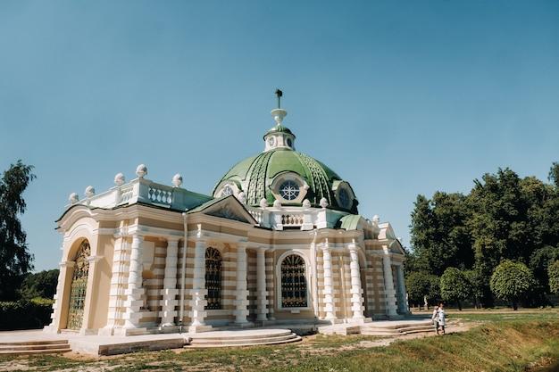Kuskovo landhuis in moskou, rusland. het landhuis van kuskovo is een uniek monument uit de achttiende eeuw, een zomerresidentie in moskou.