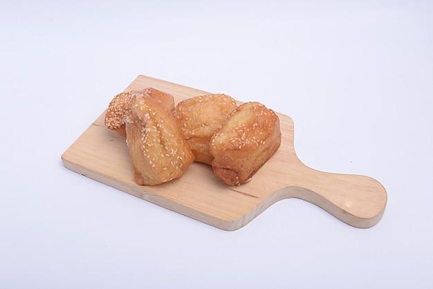 Kussen brood op snijplank met witte achtergrond