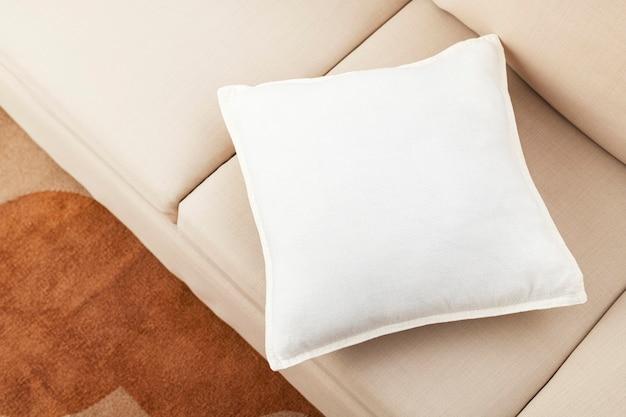 Kussen in de woonkamer, minimalistisch interieur