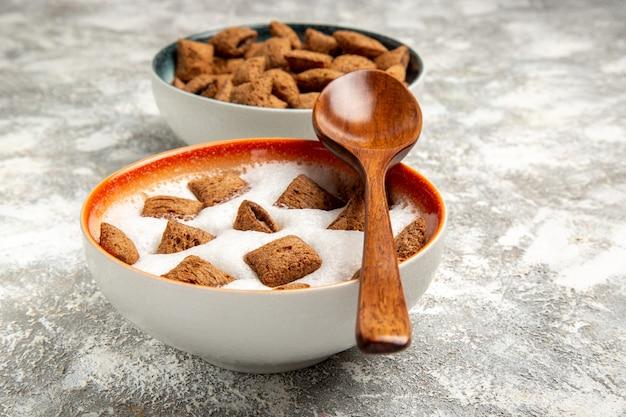 Kussen koekjes met melk voor het ontbijt op wit