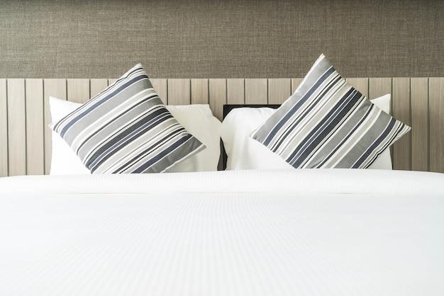 Kussen op beddecoratie in slaapkamer