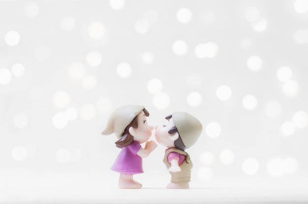 Kussend paar voor valentijnsdag of huwelijksconcept