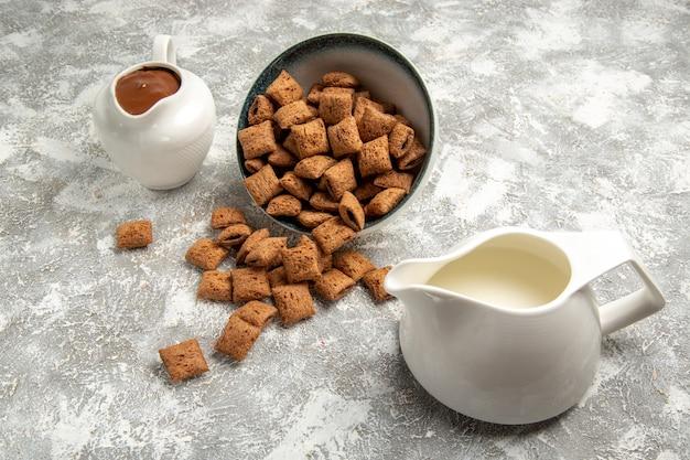 Kussenkoekjes met chocosaus op wit