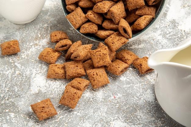 Kussenkoekjes met chocosaus op witte vloer
