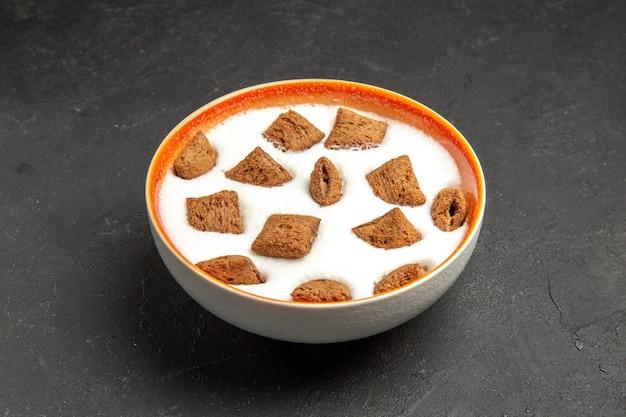 Kussenkoekjes met melk voor ontbijt op donker