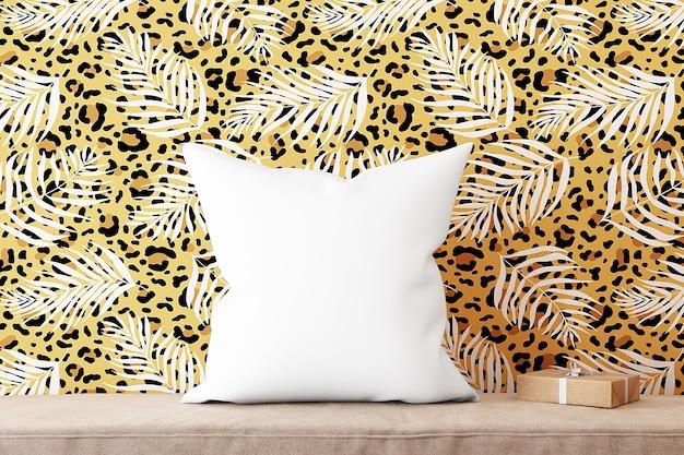 Kussenmodel tegen de achtergrond van luipaardbehang