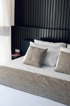 Kussens op bed in mooie gezellige slaapkamer