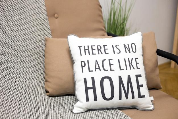 Kussens op een bank met een tekst er is geen plek zoals interieurdetails voor thuis, in de woonkamer