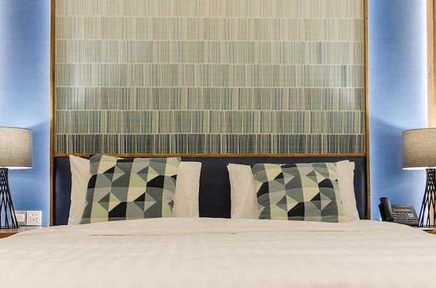 Kussens op het bed in een luxe slaapkamer.