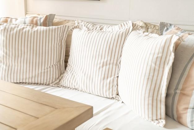 Kussens op sofa decoratie in woonkamer interieur