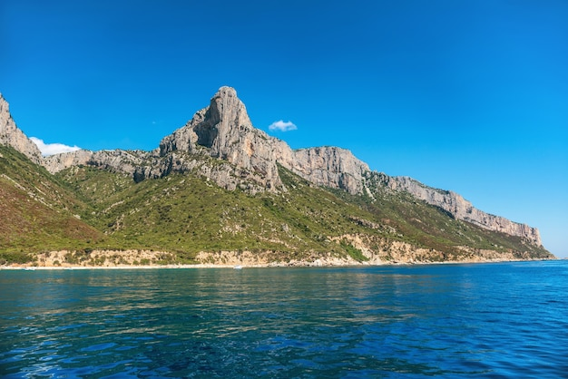 Kust en blauwe middellandse zee in sardinië