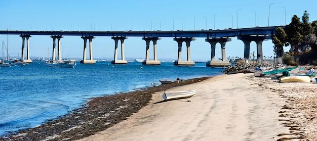 Kust met boten geparkeerd op zand in san diego