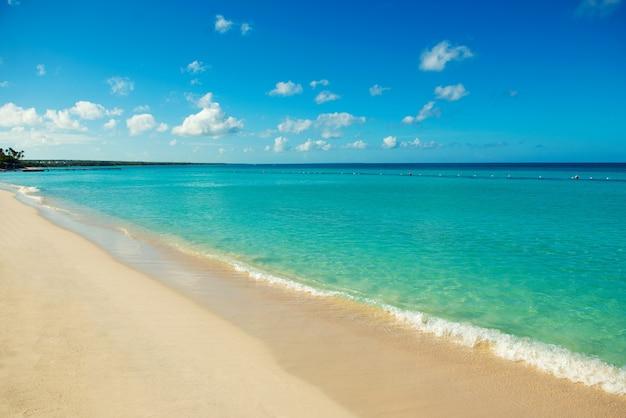 Kust van de caribische zee. reis rond de paradijzen van de wereld.