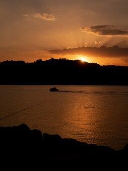 Kust van de haven van sanbenedetto del tronto bij zonsondergang - italië