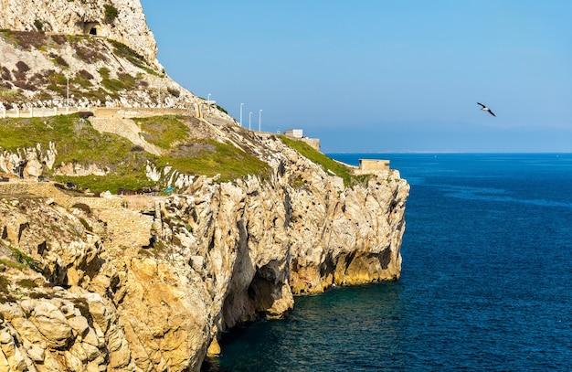Kust van gibraltar bij europa point, een brits overzees gebied