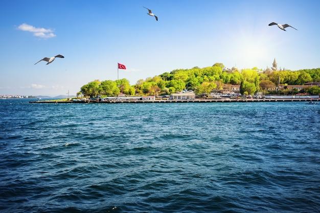 Kust van istanbul in de bosporus-baai