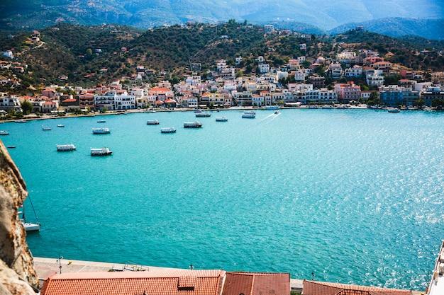 Kust van paros-eiland in de mening van griekenland van hierboven in een de zomerdag