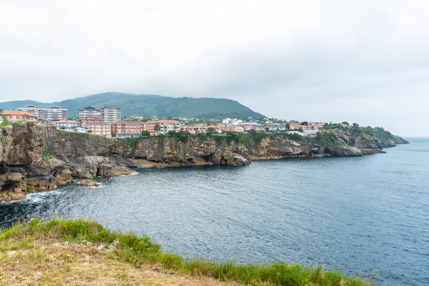 Kust vol huizen van de gemeente lekeitio, golf van biskaje in de cantabrische zee. baskenland