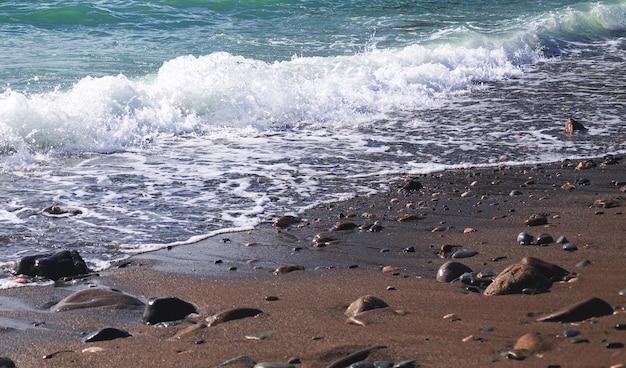 Kustlijn met golven en rotsen