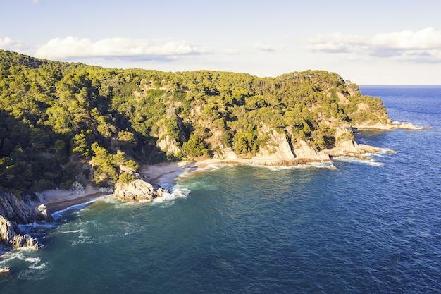 Kustlijn met rotsen, maagdelijke baaien en zeekliffen