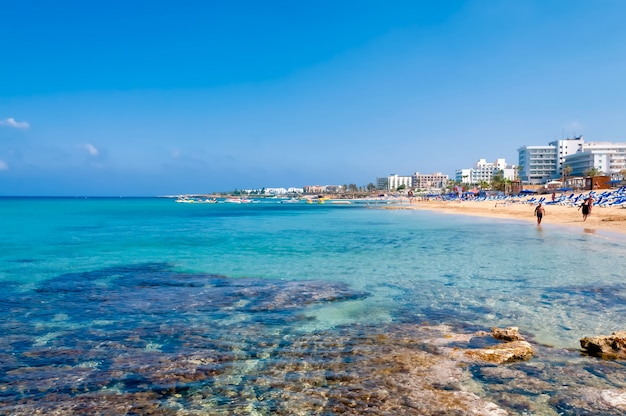Kustlijn van ayia napa met strand en hotels. district famagusta. cyprus