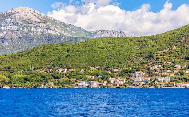 Kustlijn van de adriatische zee in de baai van kotor, montenegro.