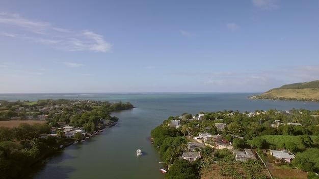 Kuststad en rivier die in de luchtfoto van mauritius in de oceaan vallen