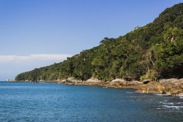 Kuststrand met blauwe oceaan en hemel. prachtig natuurlandschap