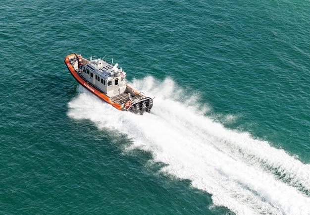 Kustwachtboot dichtbij de haven van miami