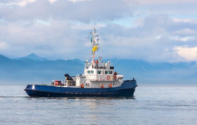Kustwachtschip in de baai van de stille oceaan