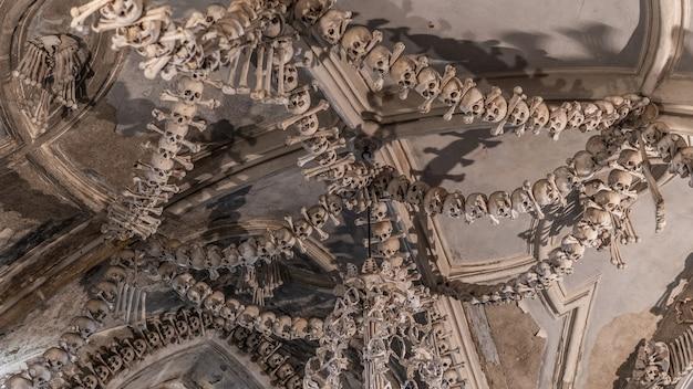 Kutna hora, tsjechië, mei 2019 - uitzicht op het interieur van het ossuarium van sedlec