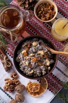 Kutya is een ceremoniële graanschotel met maanzaad, gedroogd fruit en zoete jus, traditioneel geserveerd door orthodoxe christenen in oekraïne