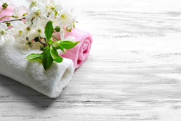 Kuur met bloeiende tak op witte houten tafel