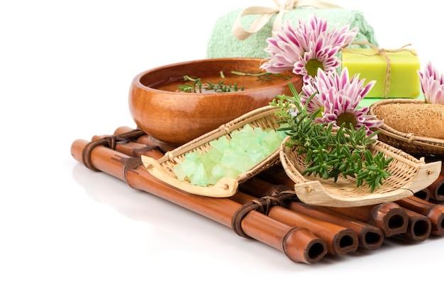 Kuur met rozemarijnzeep en zeezout voor huidverzorging op wit wordt geïsoleerd.