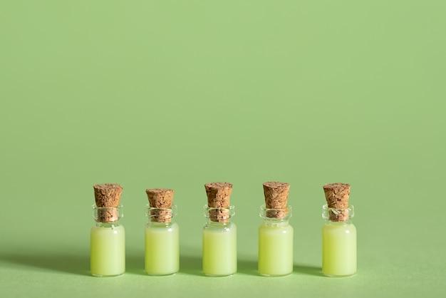 Kuurbehandeling met limoen en zouten met handdoeken en spons