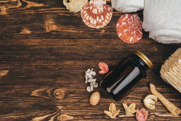 Kuuroord en schoonheidsbedreigingsproducten op houten achtergrond