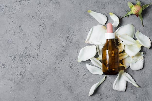 Kuuroord- en schoonheidsbehandeling olie over bloemblaadjes