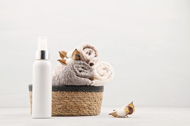 Kuuroord en wellnesssamenstelling met handdoeken en schoonheidsproducten. wellnesscentrum, hotel, lichaamsverzorging