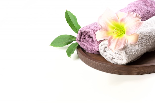 Kuuroord het plaatsen van handdoek, bloem op wit wordt geïsoleerd, exemplaarruimte die.
