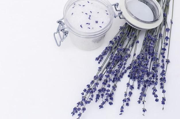 Kuuroordachtergrond met droge lavendelbloemen en geurig overzees zout voor bad en exemplaarruimte.