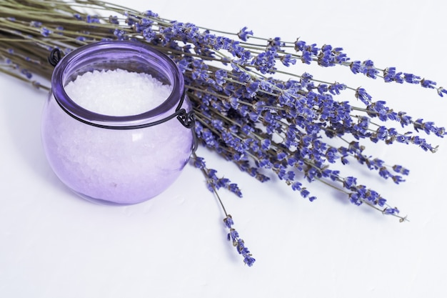 Kuuroordachtergrond met droge lavendelbloemen en geurig overzees zout