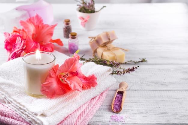Kuuroordbloemen en kaarsen